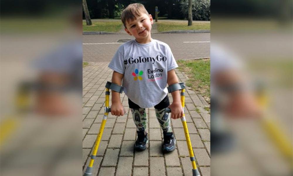 Handicapé, il récolte 1 million d'euros en marchant pour les soignants