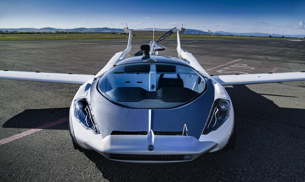 """Comme dans """"Fantômas"""", cette voiture se transforme en avion"""