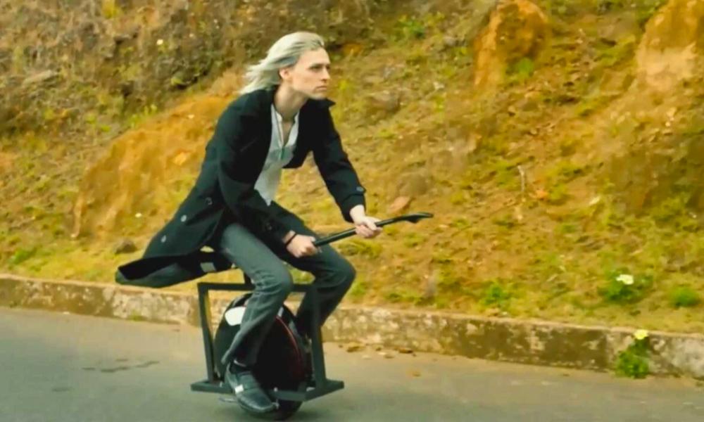 Fan de quidditch, il transforme son monoroue en balai magique