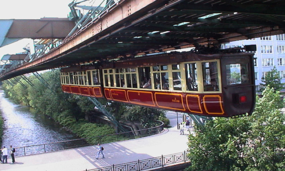 120 ans après sa construction, le premier train suspendu vole toujours