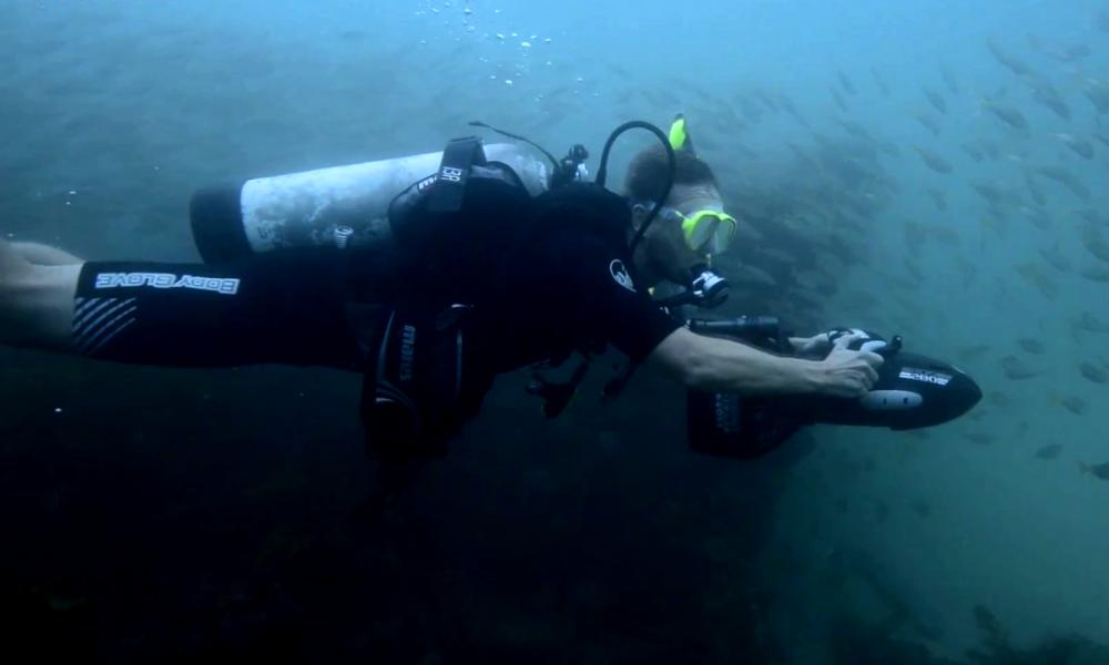 Poursuivi par le FBI, ce banquier s'enfuit avec un propulseur sous-marin