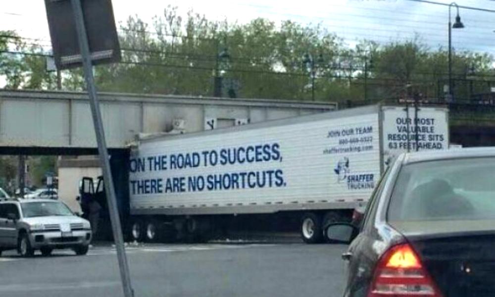 Ca passe ou ça casse : voici le bêtisier des camions qui n'arrivent pas à passer sous un pont