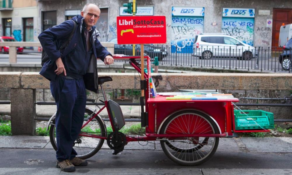 Contre Amazon, il prend un vélo et devient libraire à domicile