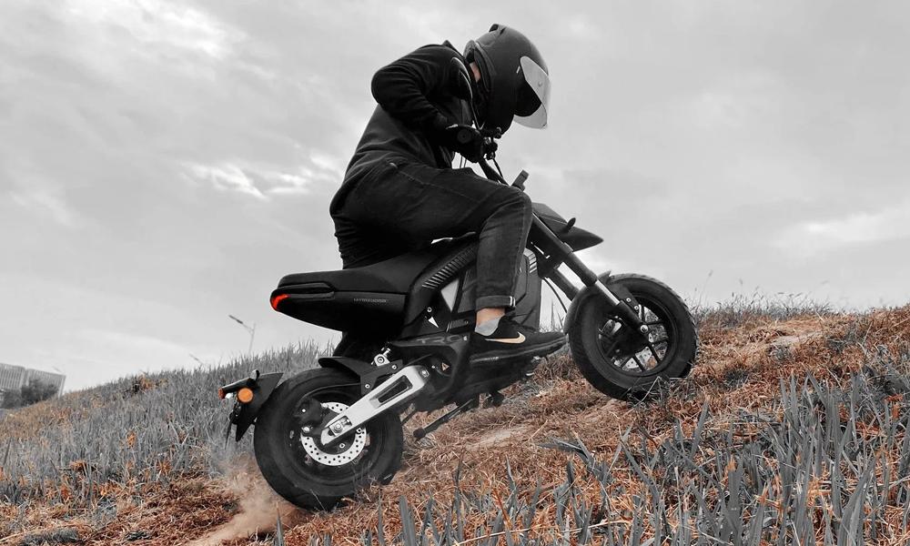 Cette mini-moto électrique peut engloutir 120 km sans recharge
