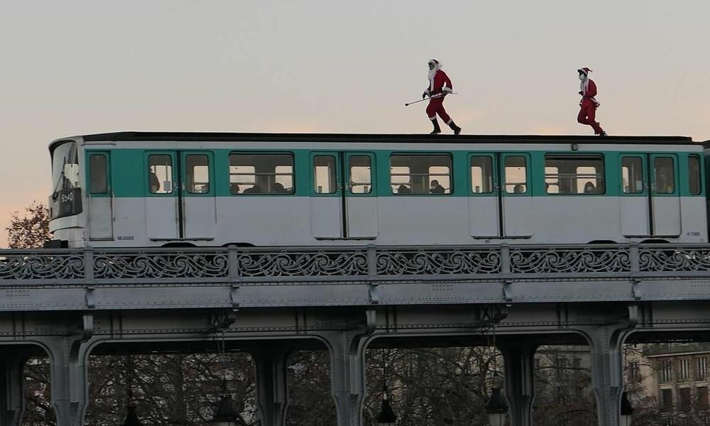 Ces deux pères Noël sèment la pagaille à la RATP en montant sur le toit d'un métro