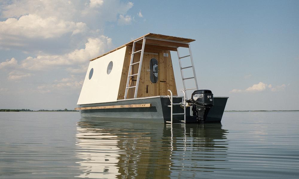 Ce bateau est une maison en bois pour fuir les centres-villes