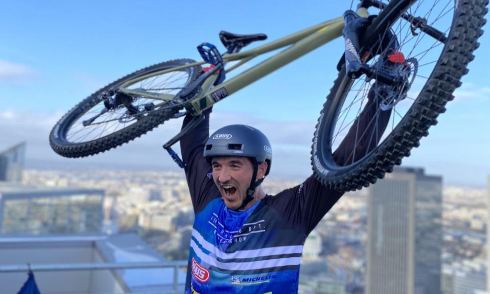 """Pour la bonne cause, il """"escalade"""" 33 étages d'une tour de la Défense à vélo"""