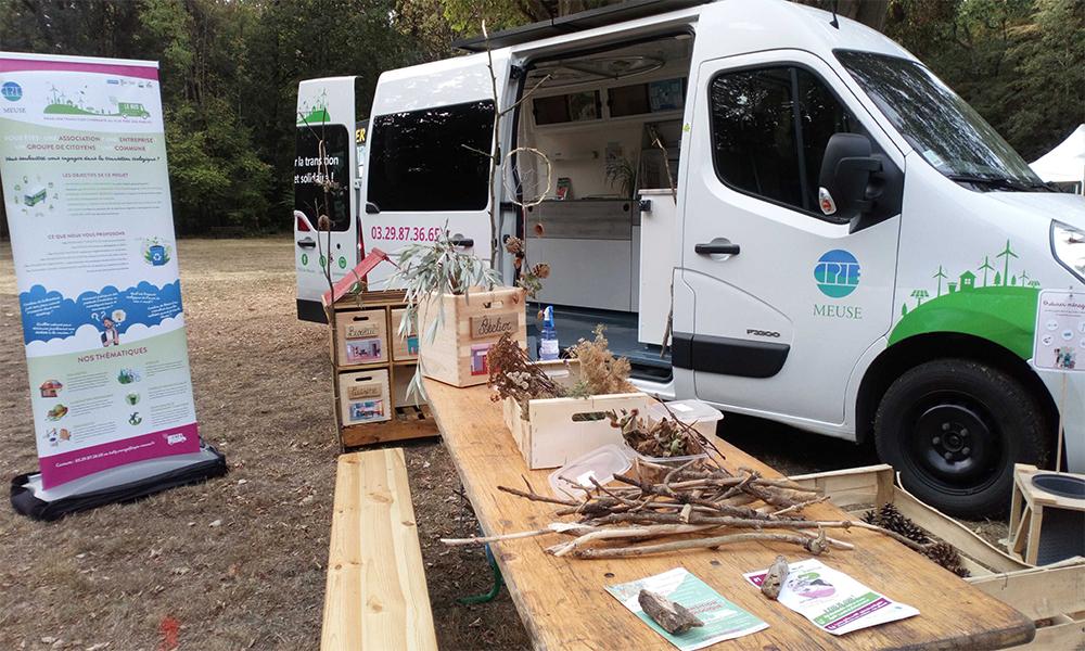 Ils transforment une ambulance en bus nomade pour convertir les Français à l'écologie