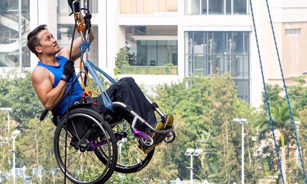 Paraplégique, il escalade un gratte ciel en fauteuil roulant