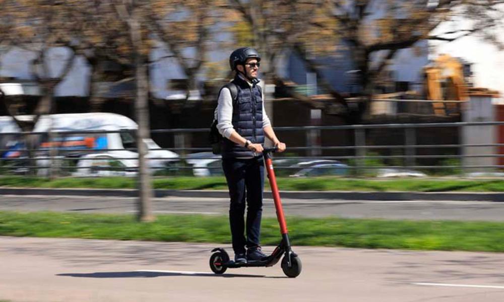 Ira-t-on bientôt plus vite en ville avec une trottinette qu'avec une voiture ?