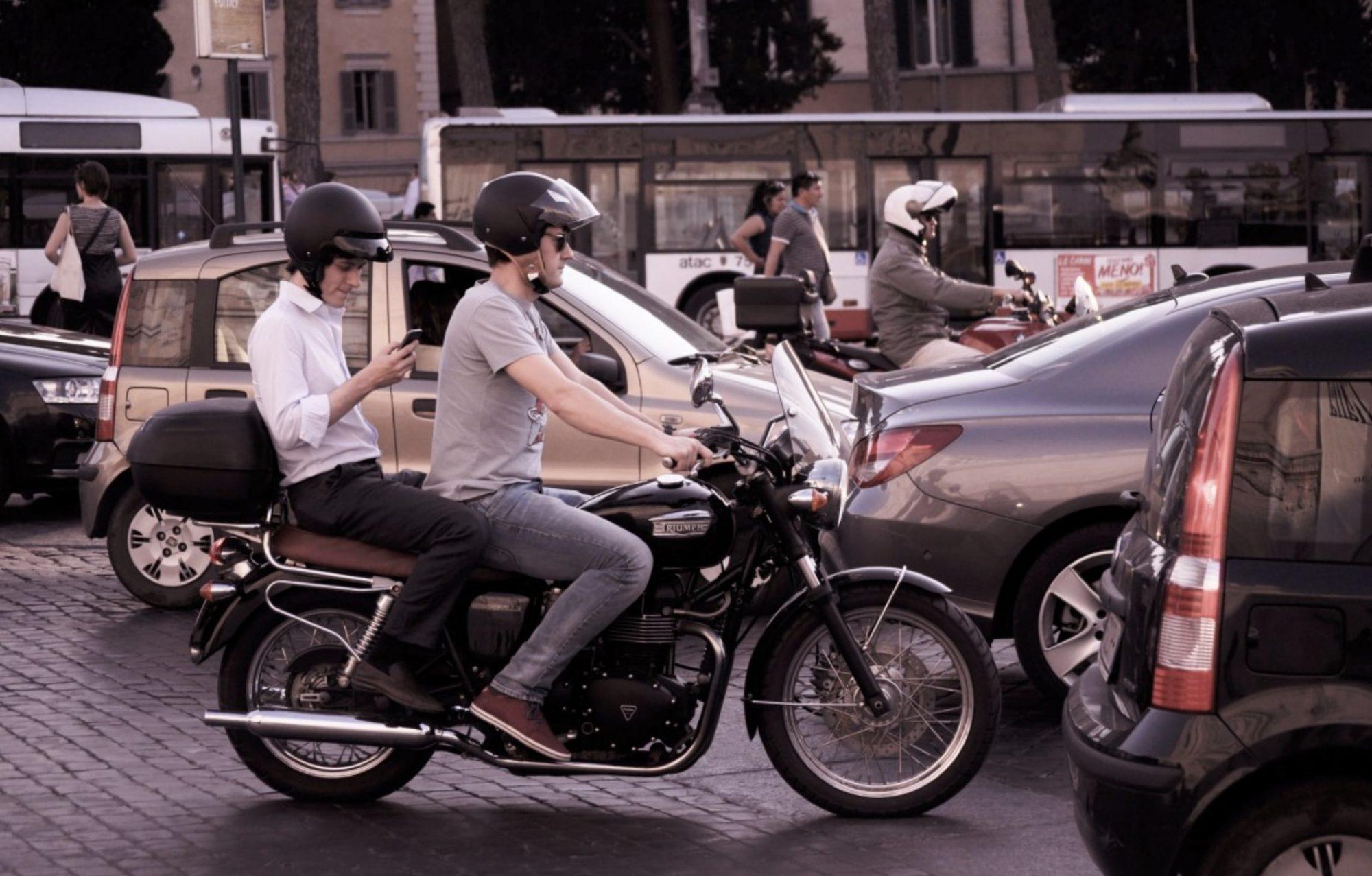 Les motards pourront à nouveau circuler entre les voitures à partir de juin