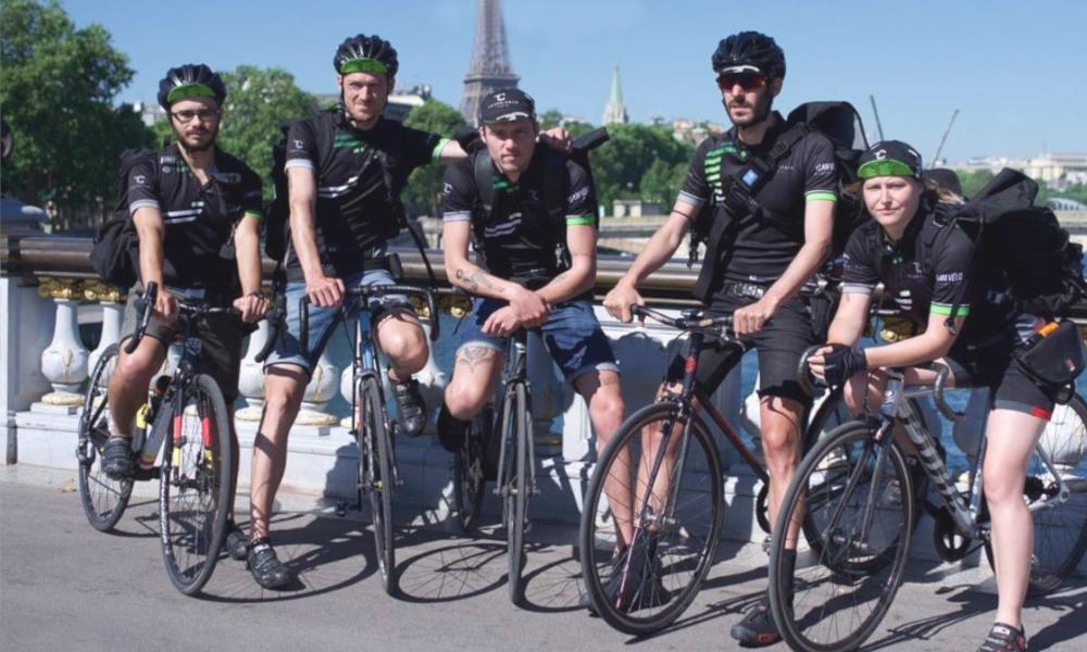 À Paris, ces coursiers vous livrent des fringues de luxe en vélo