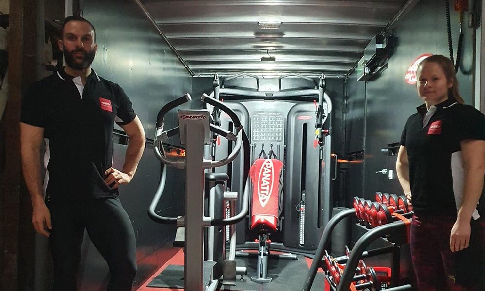 Ce coach vient chez vous avec son camion transformé en salle de sport