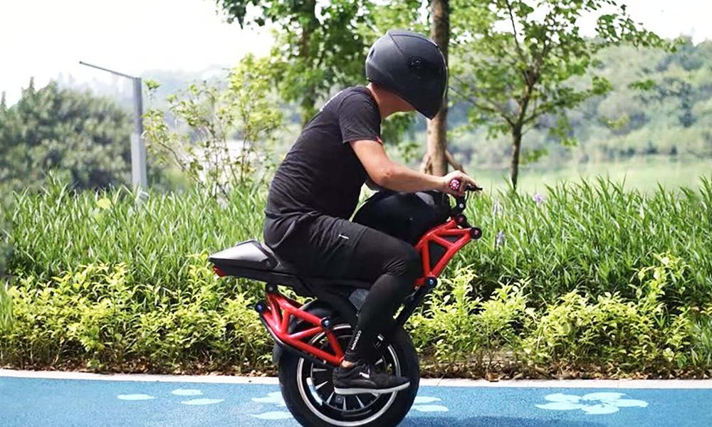 Cette moitié de moto électrique peut foncer à 50 km/h