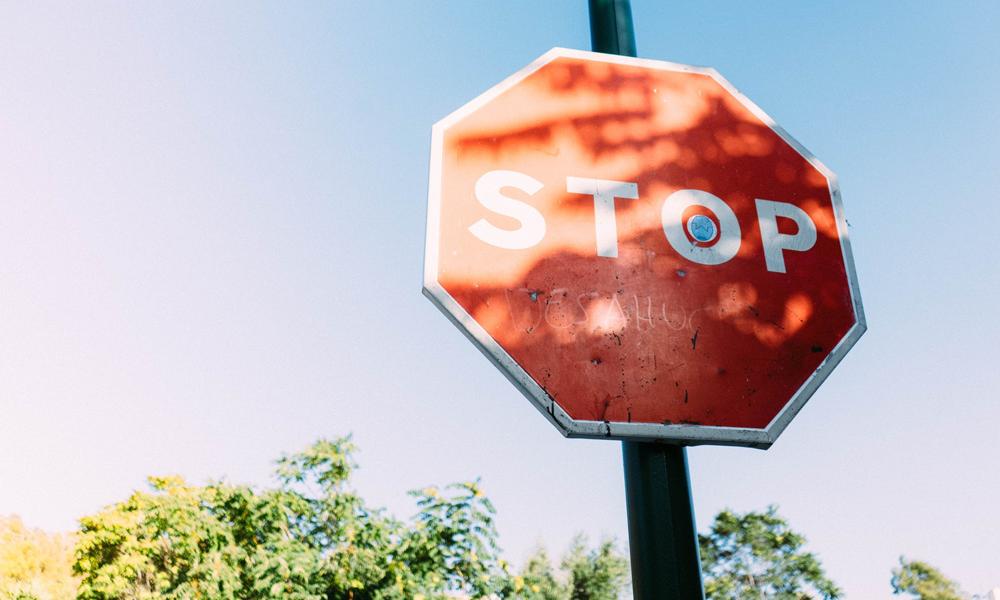 Ce panneau STOP que personne ne respecte est devenu une star de l'internet