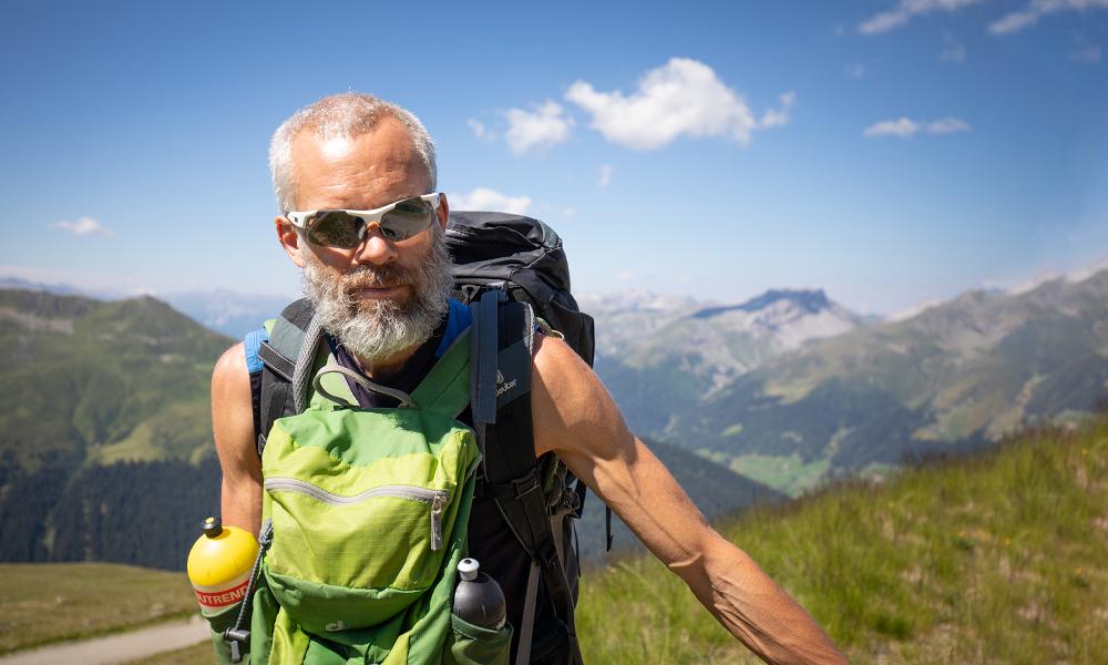 Il marche 1000 km dans les Alpes pour freiner la maladie de Parkinson