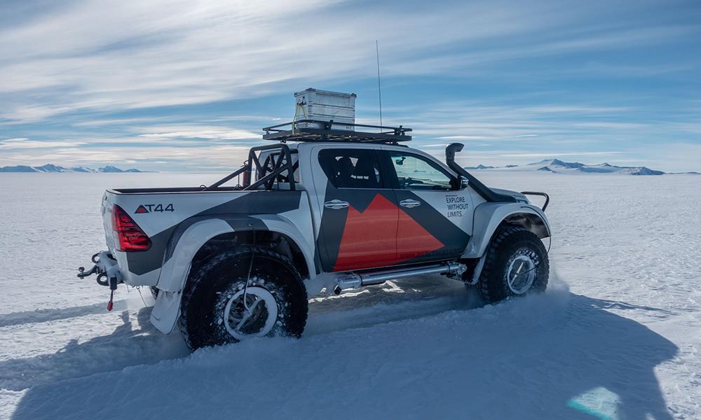 Cet aventurier écolo va rouler du pôle Sud au pôle Nord en… voiture électrique