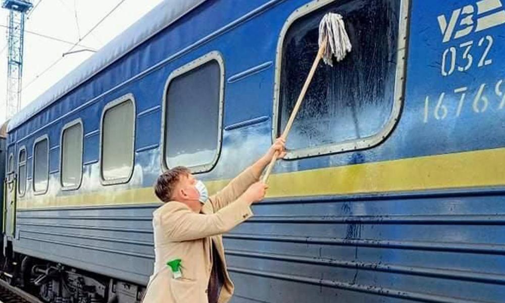 Scandalisé par la saleté du train, il nettoie tout le wagon avec sa serpillère