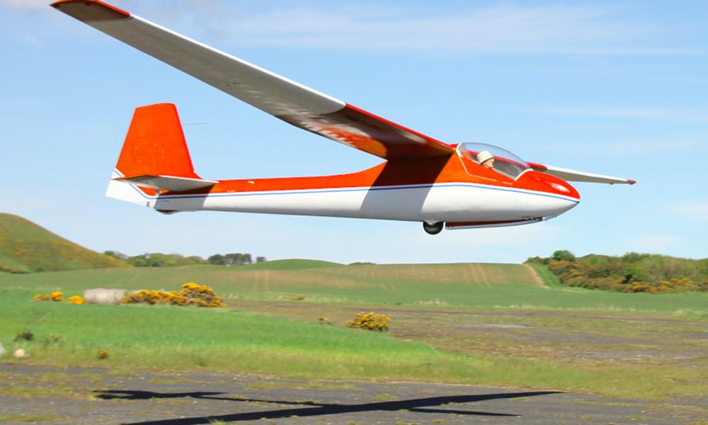 Ce fou d'avion a recyclé 2 appareils crashés pour construire son propre planeur