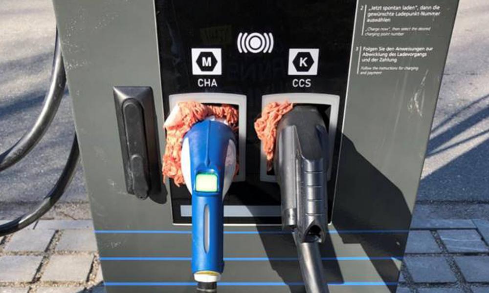 En Allemagne, les anti-voitures électriques vandalisent les bornes avec… de la viande hachée