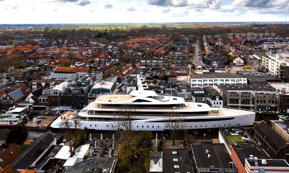Ce yacht de 100 mètres a remonté les Pays-Bas en traversant les villes