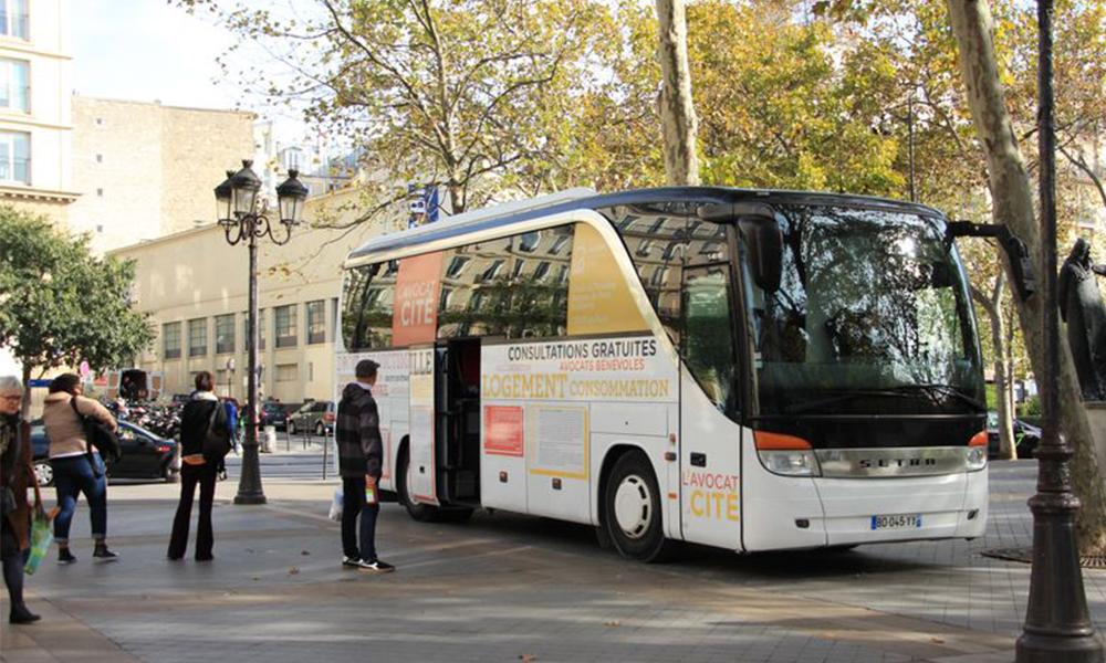 Ce bus roule dans tout Paris pour offrir des conseils juridiques aux plus pauvres