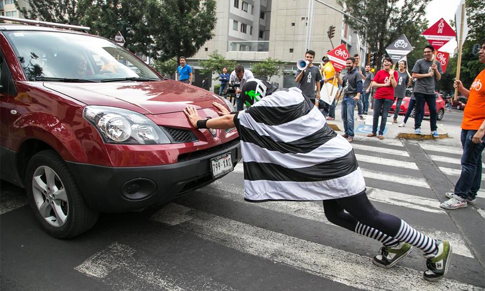 Toutes les semaines au Mexique, ce super-héros empêche les voitures d'écraser les piétons