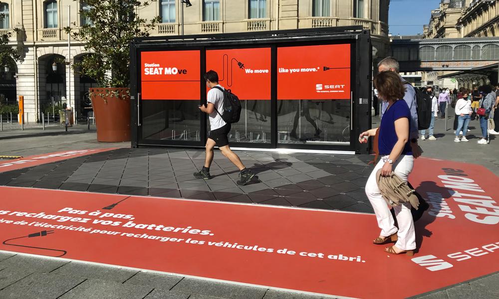 Cette station SEAT recharge les vélos et trottinettes grâce aux pieds des passants