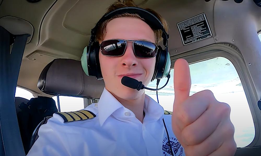 À 18 ans, il devient le plus jeune aviateur à réaliser un tour du monde