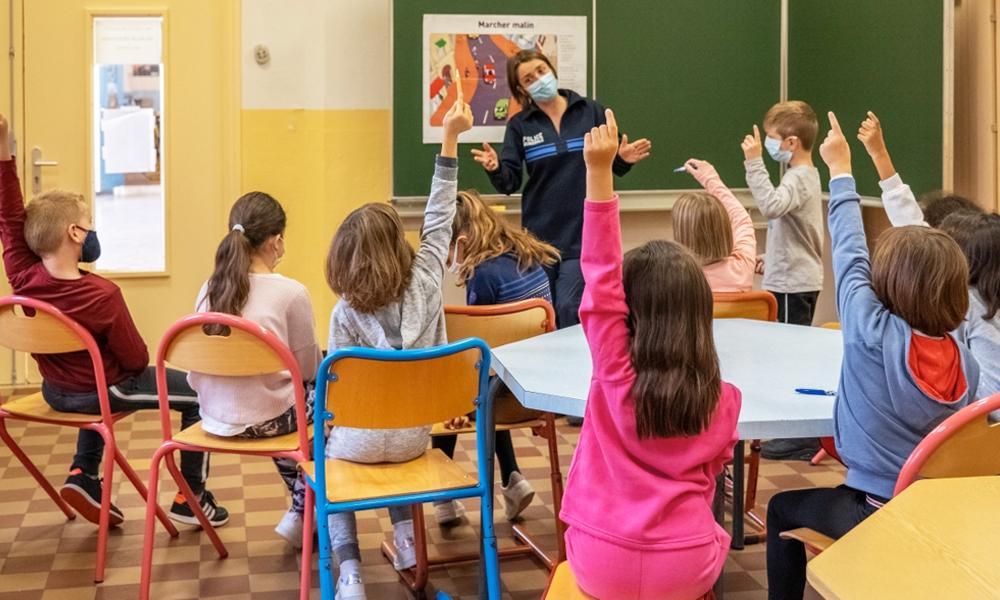 """Un gendarme nous explique l'importance du """"permis piéton"""" pour les enfants"""