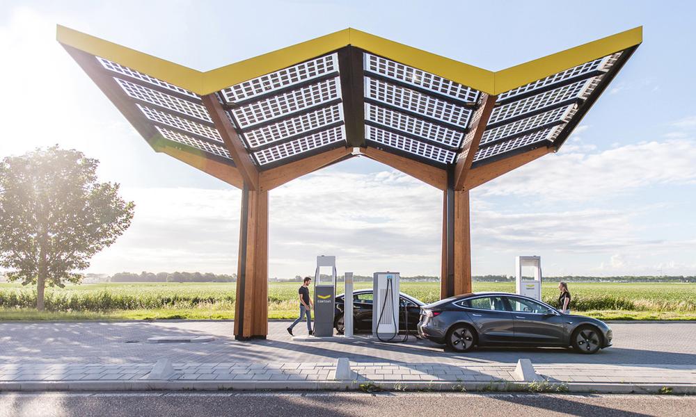 Merci Macron : dès 2023, les bornes de recharge obligatoires sur toutes les stations-service d'autoroute