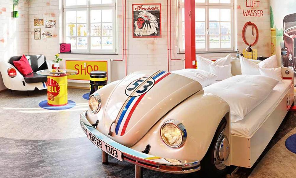 Dans cet hôtel, les fans de carrosserie peuvent dormir dans des voitures de légende
