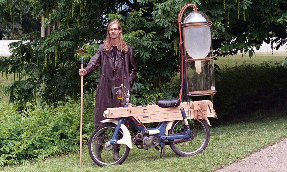 Ce hippie produit son propre carburant 100% écolo pour faire rouler son scooter