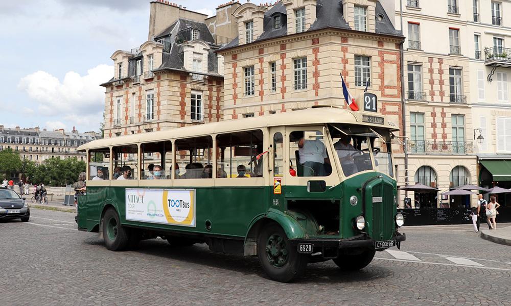 Tous les dimanches, on peut découvrir la face cachée de Paris grâce à ce bus des années 30