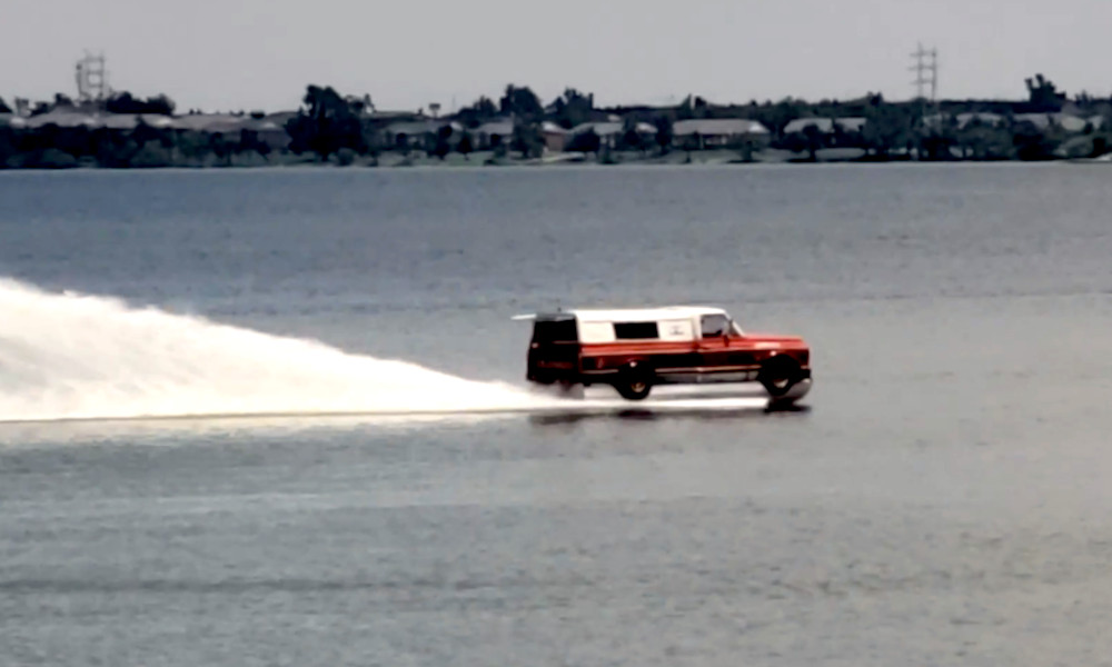 Sur-trafiquée, cette camionnette-bateau file sur l'eau comme un hors-bord