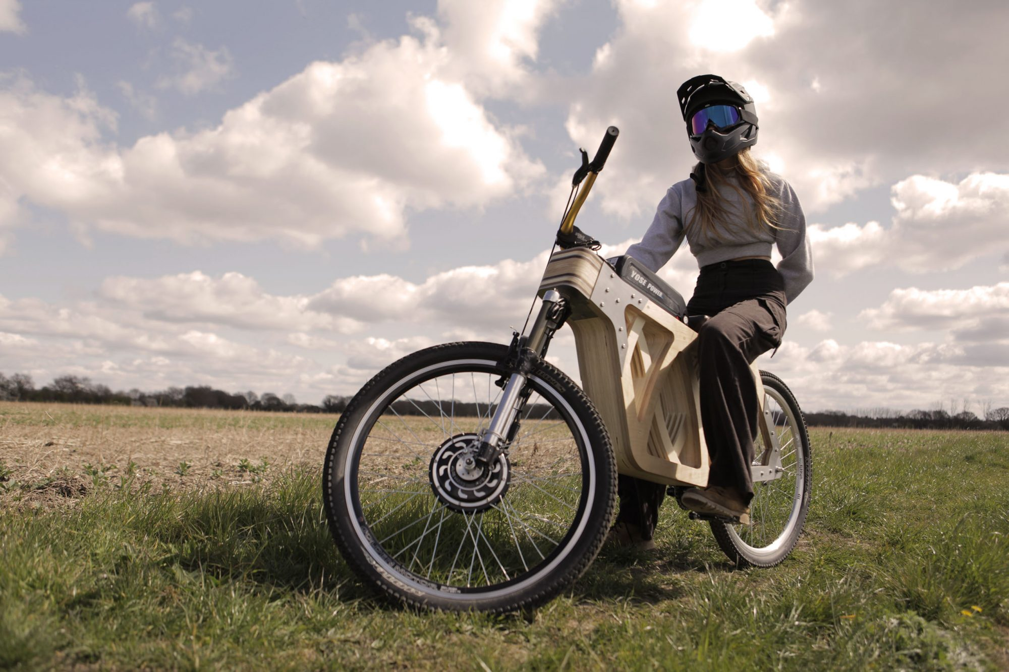 Menuisière, elle a fabriqué son propre vélo électrique (et il envoie du bois)