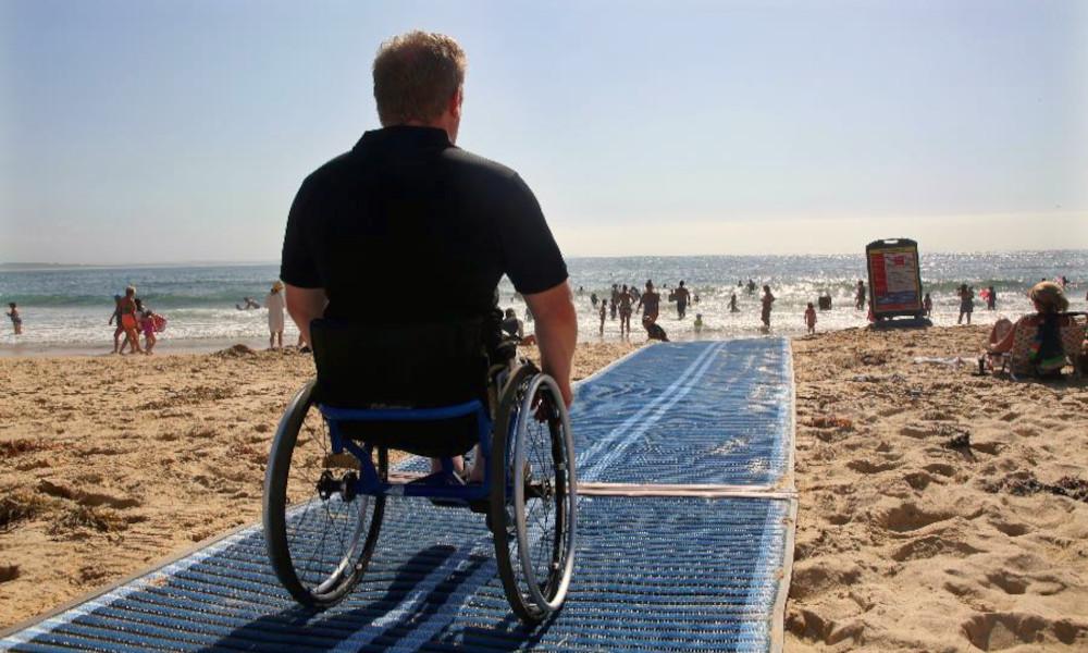 Handicap : les plages françaises sont-elles bien accessibles à tous ?