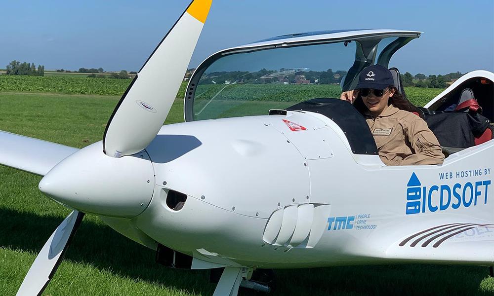 À 19 ans, cette pilote va faire le tour du monde, seule dans son avion