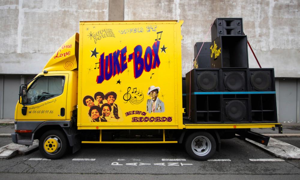 A Paris, ce fan de reggae ambiance les rues avec son camion-discothèque