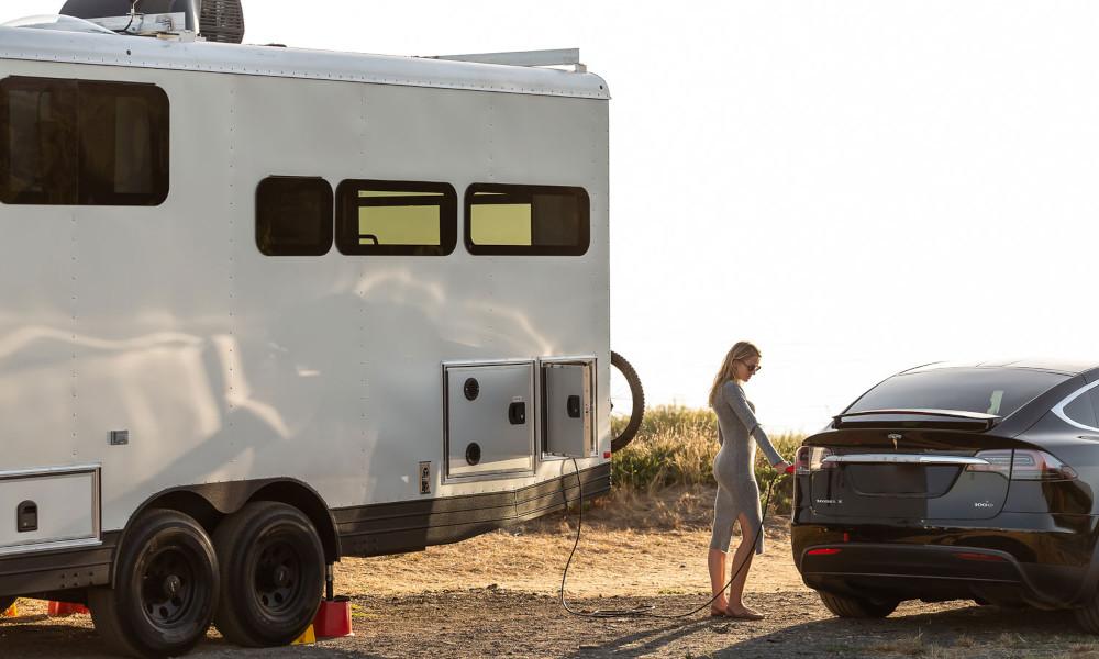 Au top de l'autonomie, cette caravane solaire peut recharger votre voiture électrique