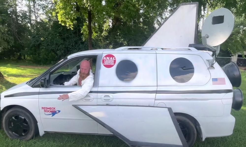 Plus fort que Thomas Pesquet, il transforme sa camionnette en fusée