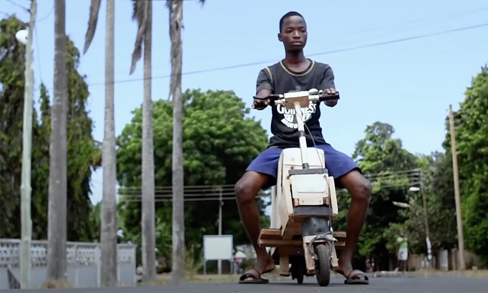 À 17 ans et avec presque rien, il invente son propre scooter électrique solaire