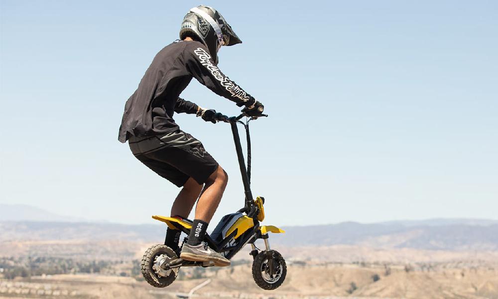 Oubliez le moto cross, voici le must de la trottinette électrique tout-terrain