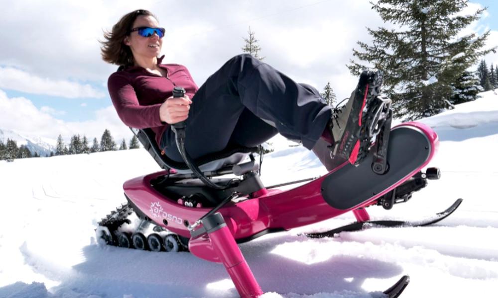 Pédaler dans la poudreuse, c'est possible avec le premier vélo électrique des neiges