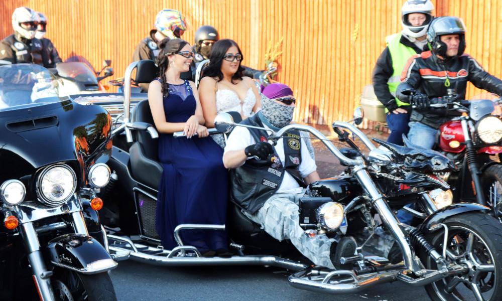 Harcelée à l'école, cette autiste débarque à son bal de promo avec 300 bikers