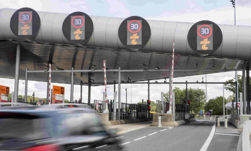 Polémique : faut-il rendre les péages gratuits pour les voitures électriques ?