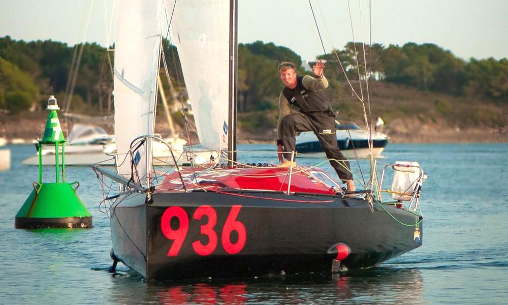 En soutien aux migrants, il construit son propre voilier et traverse l'Atlantique avec