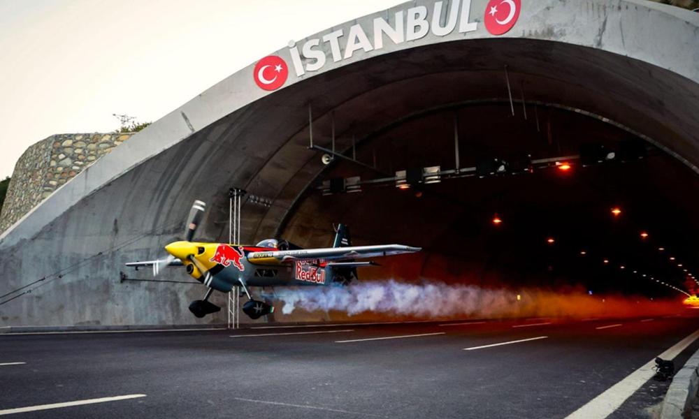 Ce pilote a réussi l'impossible : faire voler un avion dans un tunnel
