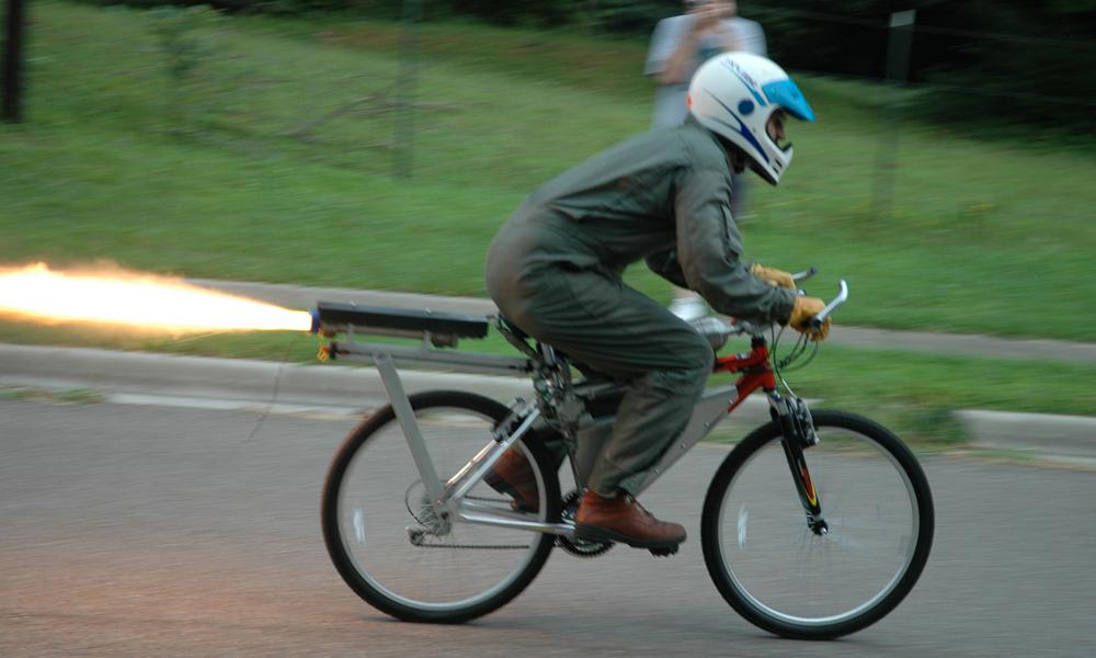Il accroche un moteur de fusée sur son vélo et explose le compteur : 133 km/h
