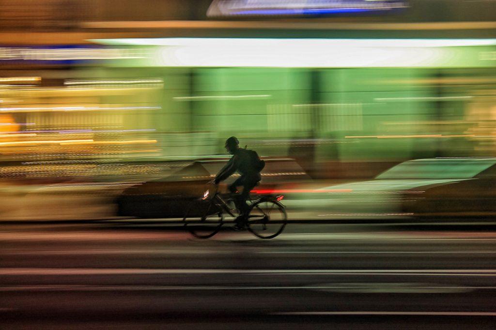 Avec ce petit boitier, n'importe quel vélo électrique peut foncer à 50 km/h ! (vidéo) By DETOURS Velo-vitesse-nuit-1024x682